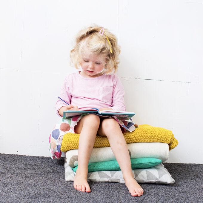 Kleuter leest kinderboek Slaapklets Voor kleuters. EmotieBoeken.