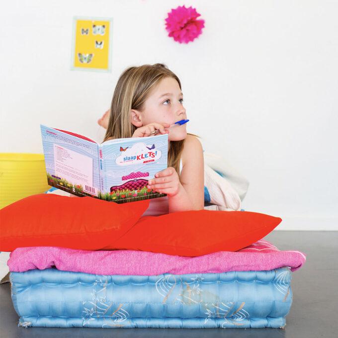 Kind leest kinderboek Slaapklets. EmotieBoeken.