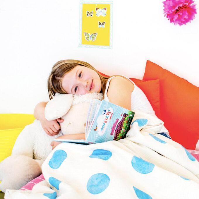 Kind met kinderboek Slaapklets. EmotieBoeken.