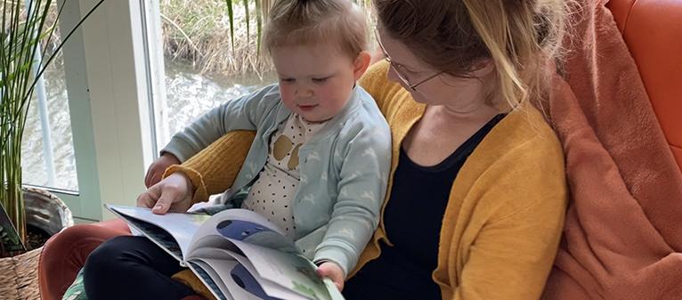 Foto passend bij mijn blog over Emotieboeken voor peuters. Op de foto lees ik mijn peuter voor uit mijn kinderboek Daantje het Vulkaantje.